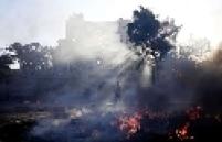 Haitiano caminha em frente aos escombros da catedral de Porto Príncipe