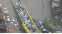 Carros submersos na água que tomou conta da Avenida Luiz Ignácio de Anhaia Melo