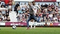 No jogo do Tottenham contra o West Ham, um torcedor invadiu o gramado e chegou até a efetuar uma cobrança de falta.