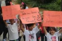 Alunos carregam cartazes contra reorganização da rede estadual de ensino
