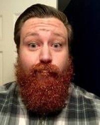 Depois, umedeça os pelos com óleo para barba (ou, na ausência dele, um pouco de spray para cabelos, água ou gel)