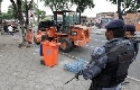 Em outro ponto do centro da cidade, na Rua Frei Caneca, guardas municipais faziam a segurança de garis que limpavam a via, também nas proximidades do Sambódromo. Os guardas municipais, no entanto, andam desarmados.