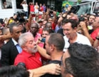 Muitos manifestantes vestiam vermelho e empunhavam faixas e cartazes em defesa da democracia e em apoio a Lula