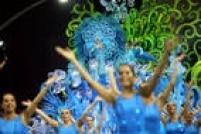 Bailarinas no carro abre-alas da Pérola Negra, escola que está de volta à elite do carnaval paulistano