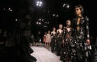No domingo, 21, a estilista Sarah Burton levou o desfile da grife Alexander McQueen devolta a Londres após 15 anos apresentando as coleções em Paris.