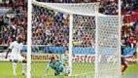 A bola bateu na trave, rolou em cima da linha e Valladares, na tentativa de defender, mandou para dentro.