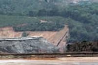 Vista do local onde a barragem quebrou (parte cinza) e que acabou com o distritode Bento Rodrigues