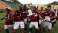 Jovens do Flamengo fazem a festa no Pacaembu depois da conquista da Copinha