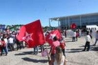 A PM tenta separar os dois grupos, deixando os apoiadores do governo em frente ao Palácio do Planalto e os contrários em frente ao Congresso
