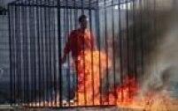 Trancado dentro de uma jaula, o piloto jordaniano Moath al-Kasasbeh é queimado vivo. O crime é divulgado em vídeo, com edição cinematográfica, e fotos postadas pelo Estado Islâmico na internet.