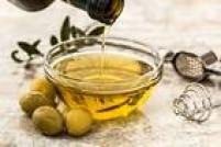 O azeite de oliva é rico em vitamina E, que é antioxidante e é recomendado para quem quer se bronzear