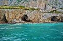 Patrimônio Cultural. Apaisagem de tirar o fôlego no lado oriental do Rochedo de Gibraltar, pertencente ao Reino Unido,é também evidência da ocupação neandertal ao logo de 125 mil anos, uma constatação feita a partirdosmateriais arqueológicos e palentológicos depositados ali