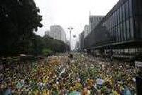 Multidão de verde e amarelo toma a Avenida Paulista, na região central da capital,para protestar contra a presidente Dilma e o governo petista