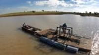 MF 36 SANTA FÉ DO SUL/SP - 04/06/2014 - EMBARGADO / ESPECIAL / PESCA / SECA - ECONOMIA - Homens transportando um viveiro do Oswaldo Carboni, aquicultor da região de Santa Fé do Sul, que vem sofrendo com a seca na Represa de Ilha Solteira. FOTO: MÁRCIO FERNANDES/ESTADÃO