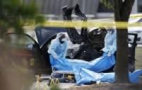 Dois homens armados, um deles suspeitos de pertencer ao EI na Somália, abriram fogo contra policiais que faziam a segurança de uma exibição de caricaturas sobre o profeta Maomé. Nenhuma pessoa que estava na exibição morreu e os atiradores foram mortos pela polícia