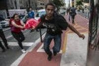 Homem arranca à força bandeira da mão de manifestante pró-governo