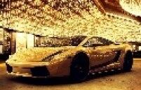 Com preço equivalente a R$ 1,93 milhão, a Lamborghini Gallardo com carroceria coberta de ouro poderia ser uma das opções de compra com o prêmio da Mega-Sena. Seria possível adquirir até 54 delas.