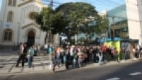 Aglomeração de curiosos foi criada para observar o ocorrido. O ônibus, da linha 208V/10 Terminal A.E. Carvalho-Terminal Parque Dom Pedro II, e o carro, que ficou destruído, foram retirados do local.