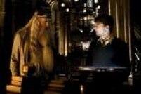 """Segundo Rowling, Dumbledore conseguia realizar feitiços sem pronunciá-los e às vezes usava o """"Homenum Revelio"""", encantamento que revela a presença oculta de uma pessoa, quando suspeitava que Harry podia estar embaixo da capa."""