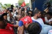Pelo menos dois integrantes da Central de Movimentos Populares (CMP), que defendiam Lula, foram feridos e precisaram de atendimento médico.Marcelo Reis, líder do grupo anti-petista Revoltados On Line foi agredido com socos na cara. A Polícia Militar não informou o número de detidos.