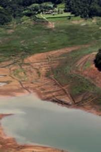 Em algumas regiões do Sistema Cantareira, a seca expôs objetos que estavam esquecidos no fundo das represas