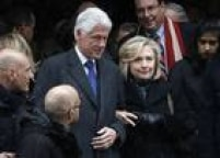 Ao lado de Bill, Hillary vai ao funeral do ex-governador de Nova York Mario Cuomo, em janeiro