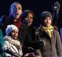 O presidente e sua família comemoram depois de Sasha (E) apertar o botão que ligou as luzes da Árvore Nacional de Natal, em Washington, em 2010