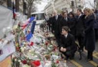 Primeiro-ministro do Canadá, Justin Trudeau (centro), presta homenagens às vítimas do Bataclan,acompanhando por sua esposa, Sophie Gregoire, pelo premiê francês,Manuel Valls, pela prefeita de Paris, Anne Hidalgo (da esq. para dir.)