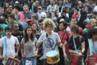 A manifestação contou até com a presença de instrumentos musicais, responsáveis por ditar o ritmo dos gritos durante o ato.