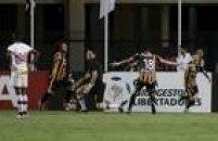 O goleiro Denis não acredita no gol sofrido pelo São Paulo na derrota para o Strongest na estreia pela fase de grupos da Libertadores