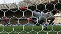 Julio Cesar pega o pênalti cobrado por Alexis Sánchez, estrela do Chile!