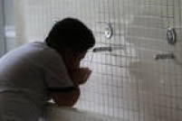 Por ser tratada, a água da torneira não costuma oferecer riscos, mas como não é possível garantir 100% se houve contaminação na caixa d'água, por exemplo, a recomendação é nunca ingerir água dessa fonte.