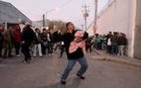 Parentes dos detidos se aglomeraram do lado de fora à espera de informações. Revoltados pela demora das autoridades, alguns deles jogaram pedras contra o presídio.