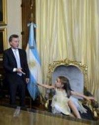 Mauricio Macri brinca com filha Antonia na cadeira presidencialna Casa Rosada, em Buenos Aires