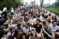 Fãs se reuniram no Mirante 9 de Julho, no centro de São Paulo, para participar de uma homenagem ao cantor e compositor David Bowie, que morreu no último domingo, 10