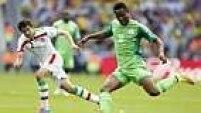 Obi Mikel, um dos principais jogadores da seleção nigeriana, pouco pode fazer para tirar o placar do zero.
