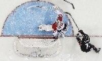 O canadense Jeff Carter marca gol contra a seleção da Áustria. Ambas não foram páreos para Rússia e Estados Unidos, que fazem a grande final do hockey no gelo masculino, neste sábado em Sochi.