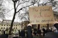 """Manifestante carrega cartaz em que se lê """"O sangue de Nimr será vingado"""""""
