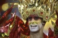 Folião curte a avenida durante desfile da Águia de Ouro em São Paulo