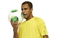 A bola, exibida por Lucas, possui a mesma tecnologia da Tango 12, que foi usada na Eurocopa deste ano, e fará sua estreia no Mundial de Clubes da Fifa