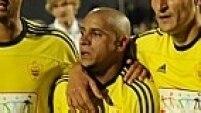 Em jogo entre Anzhi e Zenit, um torcedor ofereceu uma banana a Roberto Carlos, que foi consolado pelos companheiros