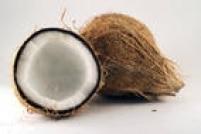 O óleo é feito com a polpa do coco, que é desidratada, sem ser adoçada