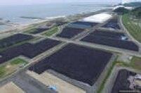 Foto aérea tirada por um drone mostra um dos depósitos em que foram empilhados milhares de sacos de solo contaminado