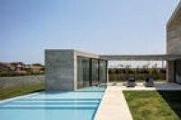 O concreto armado aparece até na sauna diante da piscina