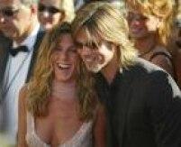 Jennifer Aniston e Brad Pitt começaram a namorar em 1998, após se conheceram em um encontro às cegas. Dois anos depois, eles gastaram US$ 1 milhão na cerimônia de casamento em Malibu. A separação aconteceu em 2006, após Pitt se apaixonar por Angelina Jolie durante as filmagens de 'Sr. e Sra Smith'