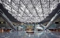 O projeto foi desenhado para ser um hub (centro de distribuição de voos) da Qatar Airways. O principal negócio da empresa é levar passageiros do Oriente para o Ocidente, um serviço que requer uma boa infraestrutura para conexões, ou seja, um aeroporto eficiente. Hoje cerca de 80% dos passageiros que desembarcam em Doha não permanecem na cidade.