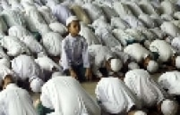 Órfãos muçulmanos rezam durante cerimônia do mês sagrado do Ramadã, em Pattani, Tailândia