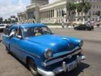 Carros dos anos 50 que funciona como táxi em Havana; várias pessoas tomam o mesmo veículo, que faz um trajeto definido ao custo de US$ 0,40