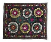 Manta Susani, do Uzbequistão, de lã e algodão, de R$ 3.180 porR$ 2.226, atéo dia 23, na Século Tapetes