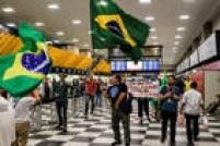 Manifestantes carregam bandeiras do Brasil
